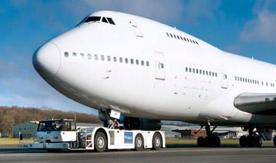 Проблему буксировки самолетов предлагают решать по-разному
